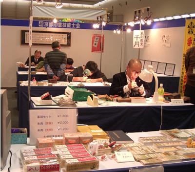 一級彫刻士の大槻秀山先生が彫刻されている様子です