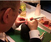 一級彫刻士・一等印刻士・マイスター・内閣総理大臣賞受賞の大槻秀山先生の彫刻の様子です