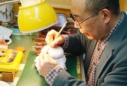 一級彫刻士の大槻秀山先生の完全手彫り印鑑、実印・銀行印・印鑑を手彫りで彫刻する為に字入れをしています